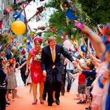 19. Juni 2013  Das Königspaar besucht am vorletzten Tag seiner Rundtour die Provinzen Flevoland und Overijssel. Flevoland, als jüngste der zwölf Provinzen, verdankt seine Existenz der erfolgreichen Landgewinnung im IJsselmeer im 20. Jahrhundert. In Lelystad, der Provinzhauptstadt, ist der Teppich nicht rot, sondern passend zum Anlass in einer der Nationalfarben gehalten.