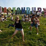 """Theater, Tanz, Comedy und natürlich Musik: Das """"Glastonbury Festival of Contemporary Performing Arts"""" in England vereint verschiedene Kunstrichtungen. Tausende Besucher feiern hier jedes Jahr unter freiem Himmel"""