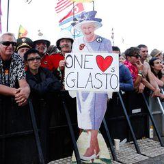 Die Queen gibt sich die Ehre: Auch wenn dieses Modell leider nur aus Pappe ist, macht Queen Elizabeth auf dem Glastonbury-Festival eine sehr gute Figur.