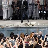 Karl Lagerfeld holt sich seinen verdienten Applaus ab.
