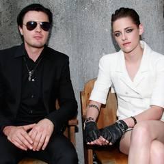 Michael Pitt und Kristen Stewart sind zu Gast bei der Chanel-Show.