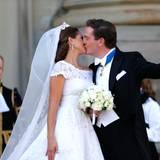 Hochzeitskuss mit Siegerpose: im Überschwang der Gefühle reißt der Bräutigam die Faust nach oben.