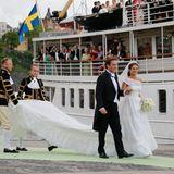 Die Gäste an Bord warten auf das Brautpaar.