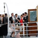 Bei einem Gläschen Sekt lassen es sich Hochzeitspaar und Gäste gut gehen.