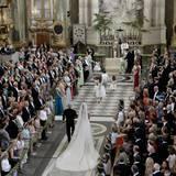 König Carl Gustaf führt seine jüngste Tochter in die Schlosskirche.