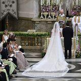 Zwei Geistliche führen die Zeremonie druch.