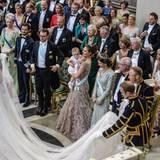 Das Brautpaar begrüßt die Königsfamilie.