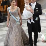 Prinzessin Victoria und Prinz Daniel gehen mit Prinzessin Estelle zu ihren Plätzen.