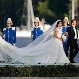 Die Schleppenträger begleiten die Braut auch auf die kleine Bootstour.