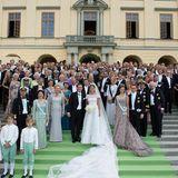 Die gesamte Hochzeitsgesellschaft versammelt sich für ein Gruppenfoto vor Schloss Drottningholm.