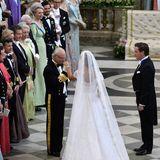 König Carl Gustaf übergibt seine Tochter an Chris O'Neill.