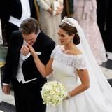 Immer wieder küsst Chris die Hand seiner Braut.