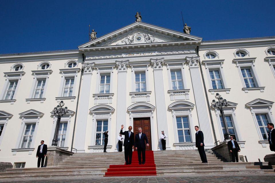 Am nächsten Morgen empfängt Bundespräsident Joachim Gauck den mächtigsten Mann der Welt im Schloss Bellevue.