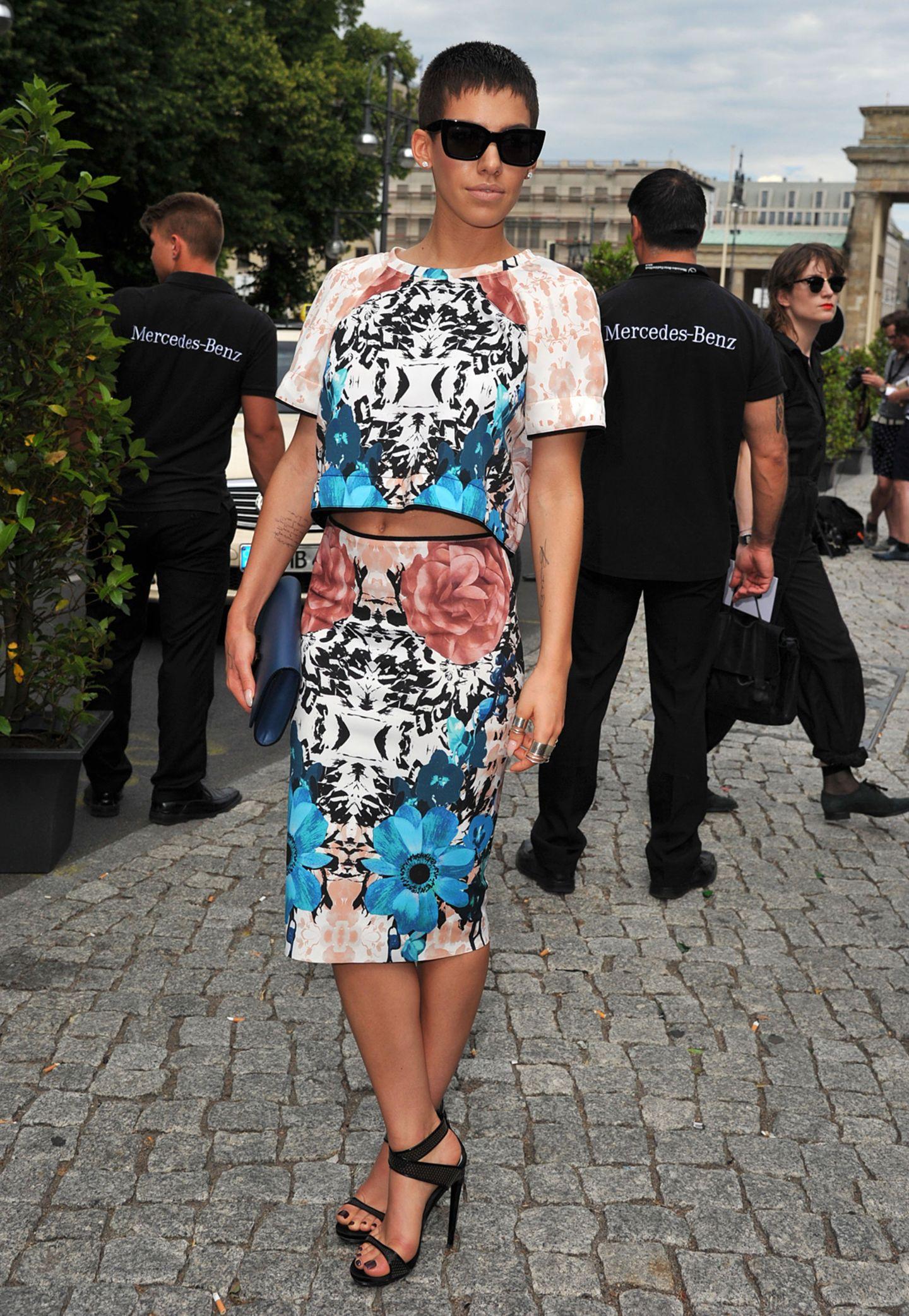 """Alina Süggeler von der Band """"Frida Gold"""" trägt Bleistiftrock, bauchfrei und eine tiefschwarze Sonnenbrille zu eleganten Stilettos."""