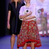 """Die """"Designers for Tomorrow""""-Gewinnerin Ioana C. Maron strahlt neben Stella McCartney zurecht wie ein Honigkuchenpferd."""