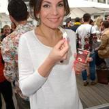 Nadine Warmuth kühlt sich mit dem leckeren Eis von Häagen-Dazs gerne ab.