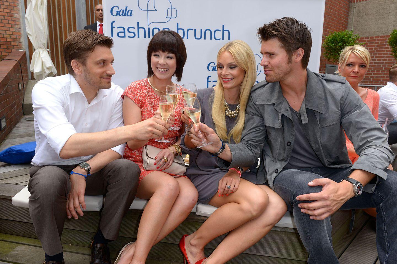 Mit Champagner von Pommery lässt es sich am schönsten anstoßen: Christian Jantz, Nela Panghy Lee, Jana Julie Kilka und Thore Schoelermann