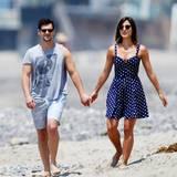 Justin Bartha und Lia Smith schlendern Hand in Hand am Strand von Malibu entlang.