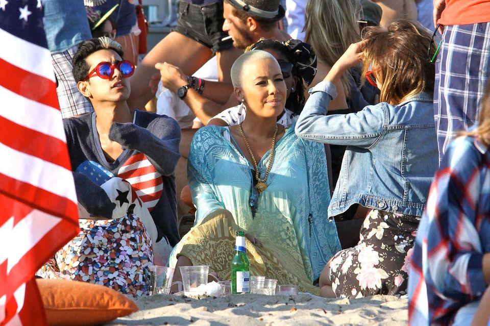 Amber Rose feiert mit Freunden eine Strandparty.