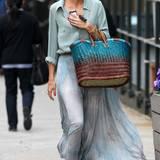 Selbst ein Einkaufsbummel kommt bei Olivia Palermo einem Gang über den Catwalk gleich. Den grau-blauen Plissee-Rock von Topshop kombiniert sie zu einer locker geschnittenen Bluse und großen Korbtasche.