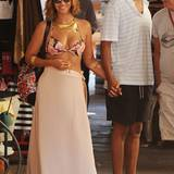 Auch Beyoncé ist im Topshop-Fieber! Im Portofino-Urlaub mit ihrem Mann Jay-Z mag die Sängerin es luftig und trägt ein geblümtes Bikinioberteil für 20€ und einen bunt gemusterten Rucksack für 48€ der britischen Modekette.