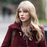 Ein bordeauxroter Dufflecoat von Topshop wärmt Taylor Swift bei ihrem Besuch im Londoner Zoo.