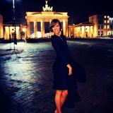 Model Karlie Kloss lässt sich beim nächtlichen Sightseeing in Berlin fotografieren.