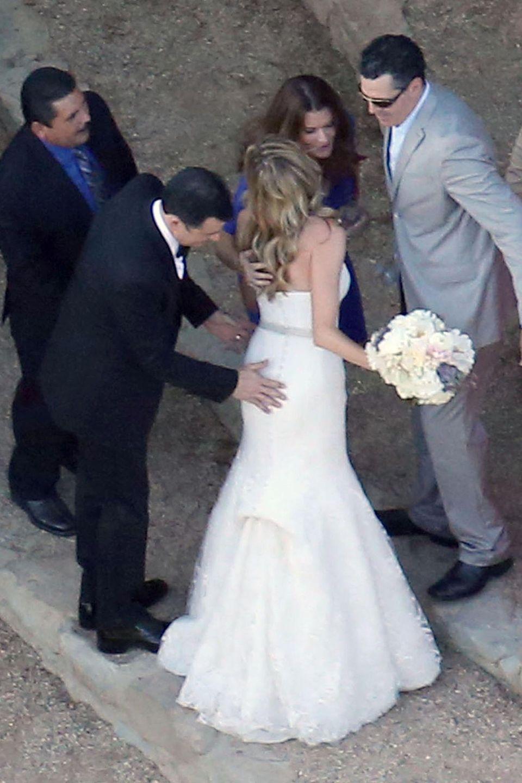 Nach der Trauung prüft Jimmy Kimmel persönlich noch mal, ob bei seiner Braut alles für die Party sitzt. Die beiden lernten sich bei der Arbeit kennen, denn sie schreibt seine Gags. Seit 2009 sind sie ein Paar.