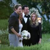Kristen Bell und Dax Shepard machen schnell noch ein Foto mit dem glücklichen Brautpaar.