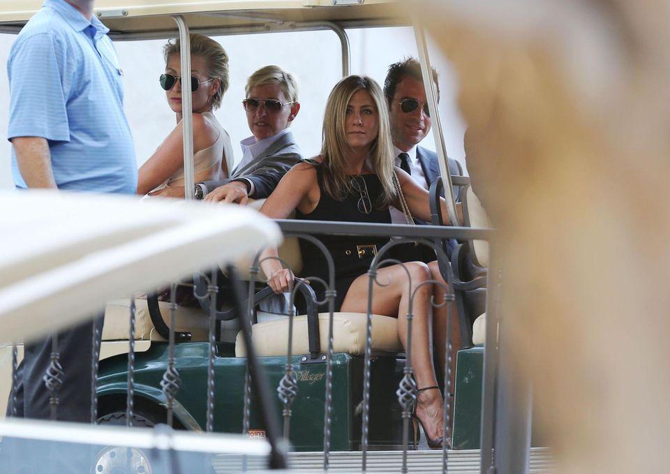 """Ellen DeGeneres, Portia de Rossi, Jennifer Aniston und Justin Theroux teilen sich ein Golfmobil, um zur Trauung von Jimmy Kimmel und Molly McNearney auf dem Gelände des """"Ojai Valley In"""" zu fahren."""