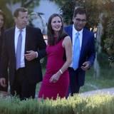Ben Afflecks Frau Jennifer Garner ist natürlich auch da, lässt sich jedoch von anderen Hochzeitsgästen zur Trauung begleiten.