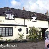 """Berühmte Hotelbesitzer: Das """"Little Gables"""" , das Ross Anthony mit seinem Mann Paul Reeves in der Nähe von Oxford besitzt, ist eine idyllisch gelegene """"Bed&Breakfast""""-Pension. Die Unterkunft wartet immerhin mit vier Sternen und Zimmerpreisen ab umgerechnet 64 Euro auf."""