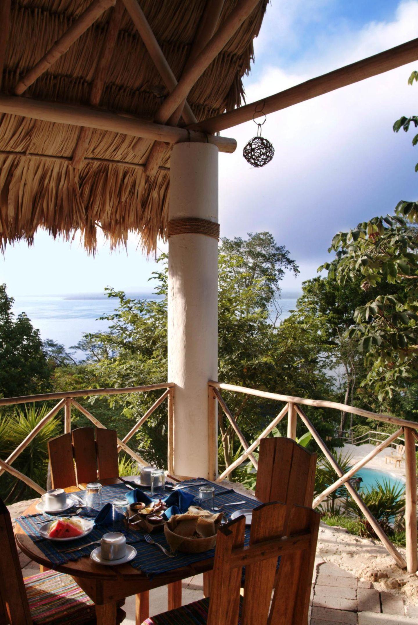 """Berühmte Hotelbesitzer: Coppola war Anfang der 1980er Jahre erstmals in Belize und verliebte sich in die Gegend. Aus einem Rückzugsort für die ganze Familie machte er 1993 ein paradiesisches Luxushotel.Zu den """"Francis Ford Coppola Resorts"""" gehört auch das """"La Lancha"""" am Petén-Itzá-See in Guatemala. Hier gibt's die Übernachtung mit Seeblick schon ab 96 Euro."""
