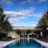 """Berühmte Hotelbesitzer: Zum Hotel-Portfolio der Estefans gehört außerdem das """" Costa d'Este Beach Resort """" ebenfalls in Miami. Kosten pro Nacht: ab 99 Euro."""