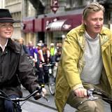 2002  Das Kronprinzenpaar gibt sich gerne volksnah und fährt lieber mit dem Fahrrad als mit der königlichen Kutsche durch Brüssel.