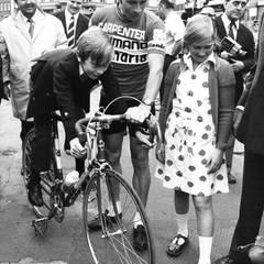 1973   Philippe und seine Schwester Astrid begutachten das Gefährt des Rennradfahrers Dierickx. Lange stand er in der Beliebtheit bei den Belgiern weit hinter seiner Schwester.