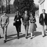 1976   Die belgische Königsfamilie beim Spaziergang: Die Prinzen Laurent, Philippe und deren Mutter Prinzessin Paola, König Badouin und Königin Fabiola mit Prinz Albert und Prinzessin Astrid bei einem Spaziergang. Baduoin war bis zu seinem Tod 1993 belgischer König, danach übernahm sein Bruder Albert das Amt.