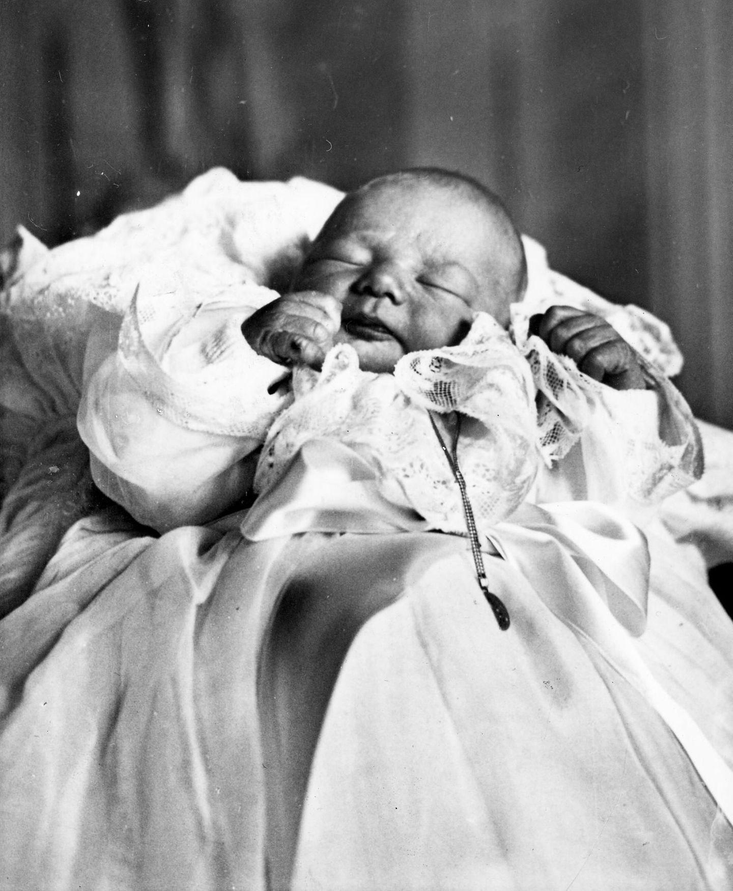 """1960   Die Geburt eines Prinzen: Philippe Léopold Louis Marie wird am 15. April 1960 in Brüssel geboren. Von seinen Untertanen wird er liebevoll """"Filip"""" genannt."""