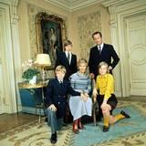 1975   Die belgische Königsfamilie ganz offiziell - Albert und Paola mit ihren Kindern Laurent, Astrid (in modischem Gelb)und Philippe (hinten).