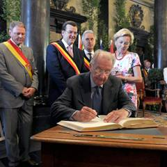 Im Rathaus trägt König Albert sich in das goldene Buch der Stadt ein.