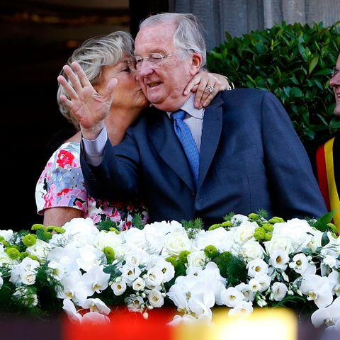 Beim Besuch in Lüttich drückt Paola ihrem Albert einen Kuss auf, als die beiden sich auf dem Balkon zeigen.