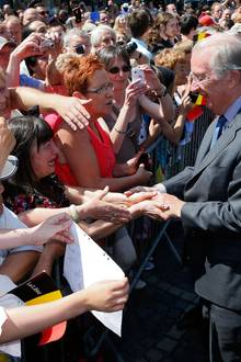 König Albert schüttelt die Hände vieler begeisterter Royal-Fans.