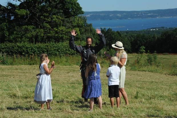 Gelungener Auftritt: Prinz Haakon kommt mit einem Fallschirm zu seiner Geburtstagsparty in Skaugum, der Residenz der norwegischen Königsfamilie. Der Tandemsprung soll ein Geschenk seiner Frau Mette-Marit gewesen sein.