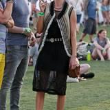 Das Coachella-Festival ist DER Treffpunkt von Kreativen, Stars und Musikliebhabern. Kate Bosworth genießt die entspannte Atmosphäre in einem luftigen Kleid von Topshop, bequemen Schnallen-Stiefeletten und einer verzierten Fellweste im Folklore-Stil.