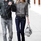 Die Seventies-Jeans mit Schlag kombiniert die Schauspielerin mit einer zarten Bluse. Das fröhliche Muster und die blauen Knöpfe sorgen für einen entspannten, wenn auch zugeknöpften Look.
