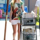 Stilikone Brigitte Bardot auf dem T-Shirt und die Wocheneinkäufe im Wagen: Mit weißen Shorts und bequemen Sandalen schlendert Kate Bosworth aus dem Supermarkt.