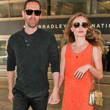 In einem orangenen Wildlederkleid mit Cut-Out-Details am Saum landet Kate Bosworth mit ihrem Verlobten Michael Polish am Flughafen von Los Angeles.