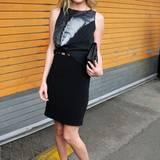 Die sonst recht farbenfrohe Kate trägt hier ein schwarzes, sehr schmales Etuikleid mit bedrucktem Oberteil.