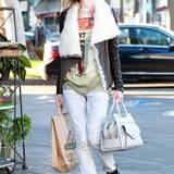 Der Lässig-Look à la Hollywood: Schafsfell-Lederjacke mit schrägem Zipper, farbenfrohes T-Shirt und ausgewaschene Jeans.