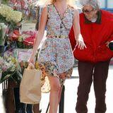 Zum Blumenkauf trägt die Schauspielerin ein ebenso fröhliches Kleid mit floralem Print.